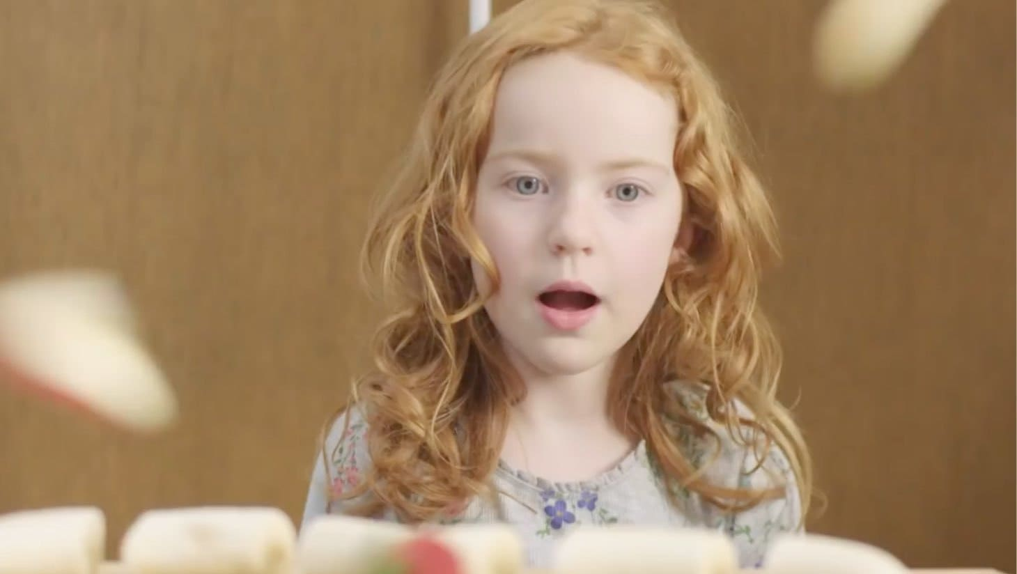 Une jeune fille regardant un gateau