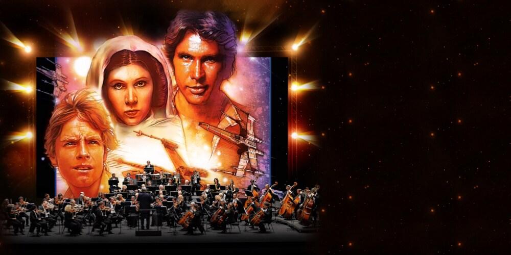 Un orchestre jouant des instruments sur scène, pendant que le public regarde un plan d'un film Star Wars sur un grand écran en arrière-plan