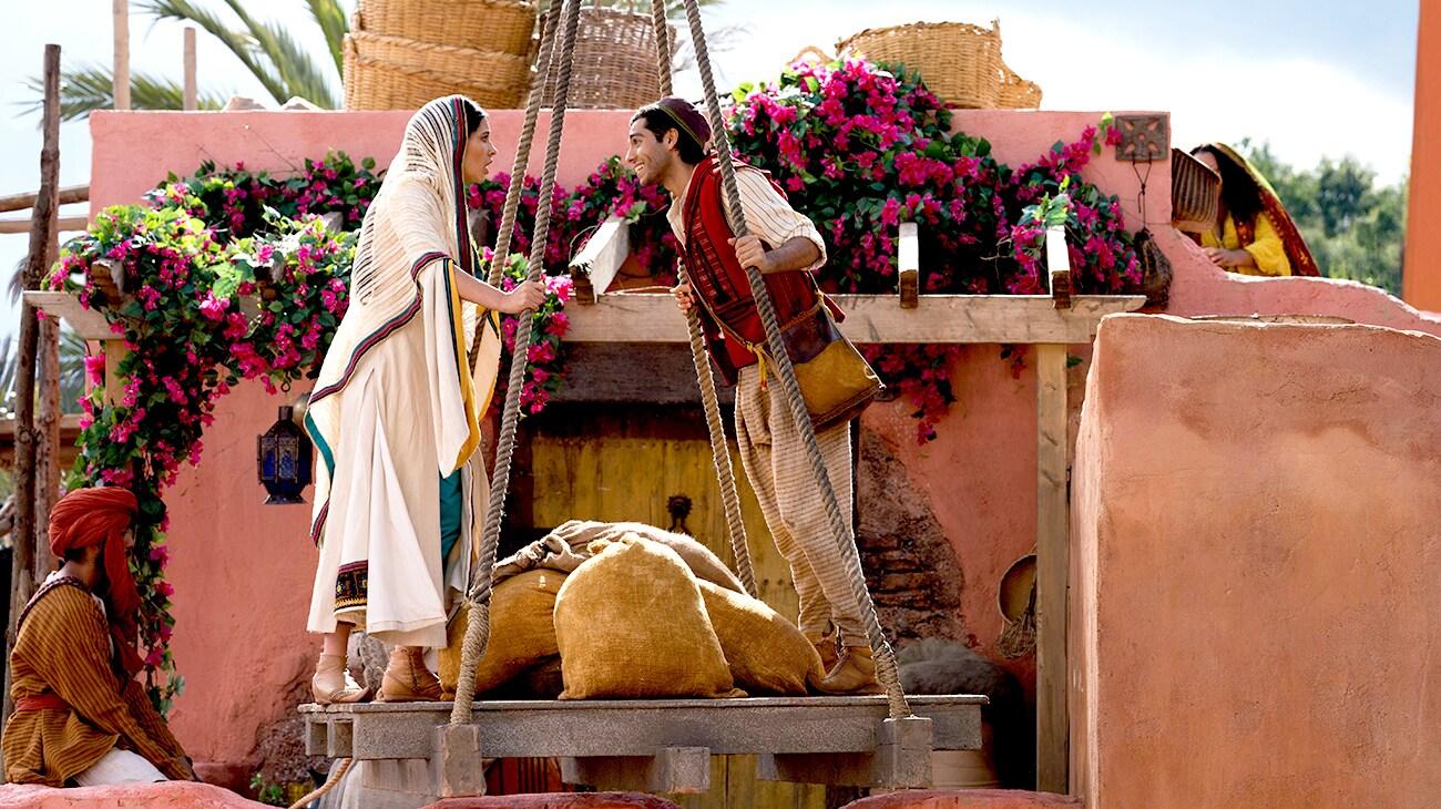 Aladdin (Mena Massoud) and Jasmine (Naomi Scott) on a platform