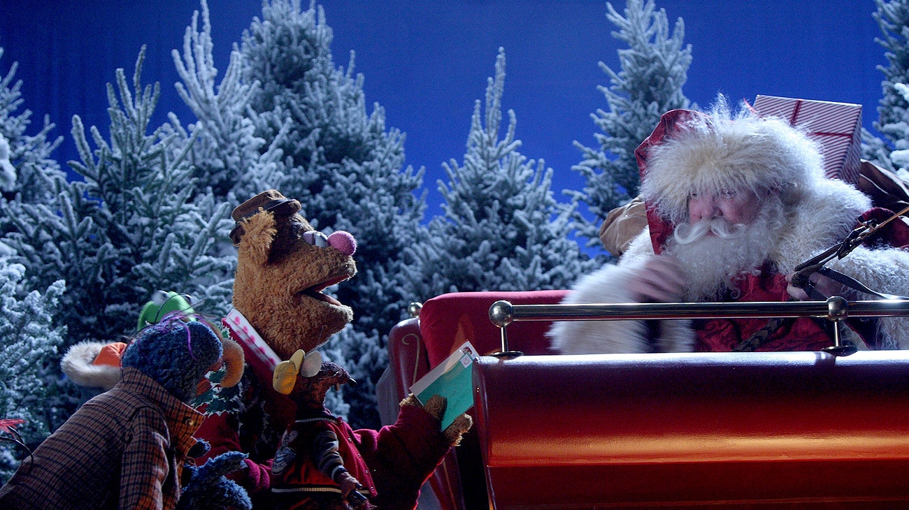Gonzo and Fozzie the Bear talking to Santa in his sleigh