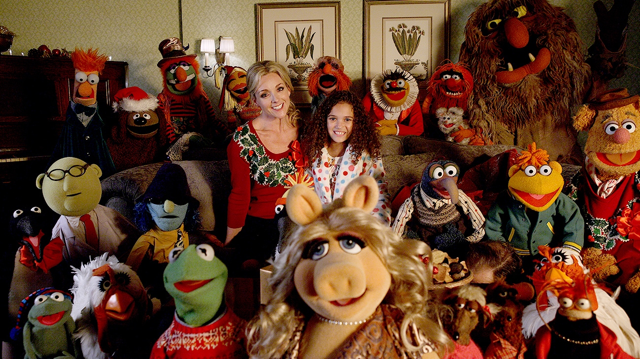 Jane Krakowski and Madison Pettis with the Muppets in the movie A Muppets Christmas: Letters to Santa