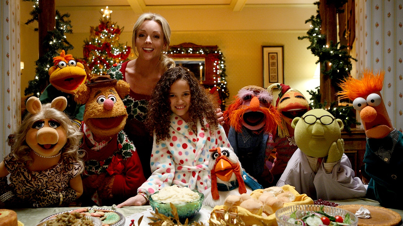 Madison Pettis with the Muppets in the movie A Muppets Christmas: Letters to Santa