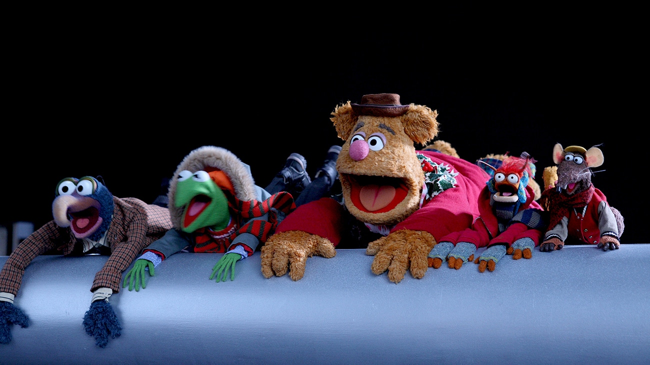 Gonzo, Kermit, Fozzie, Pepe, and Rizzo screaming in the movie A Muppets Christmans: Letters to Santa