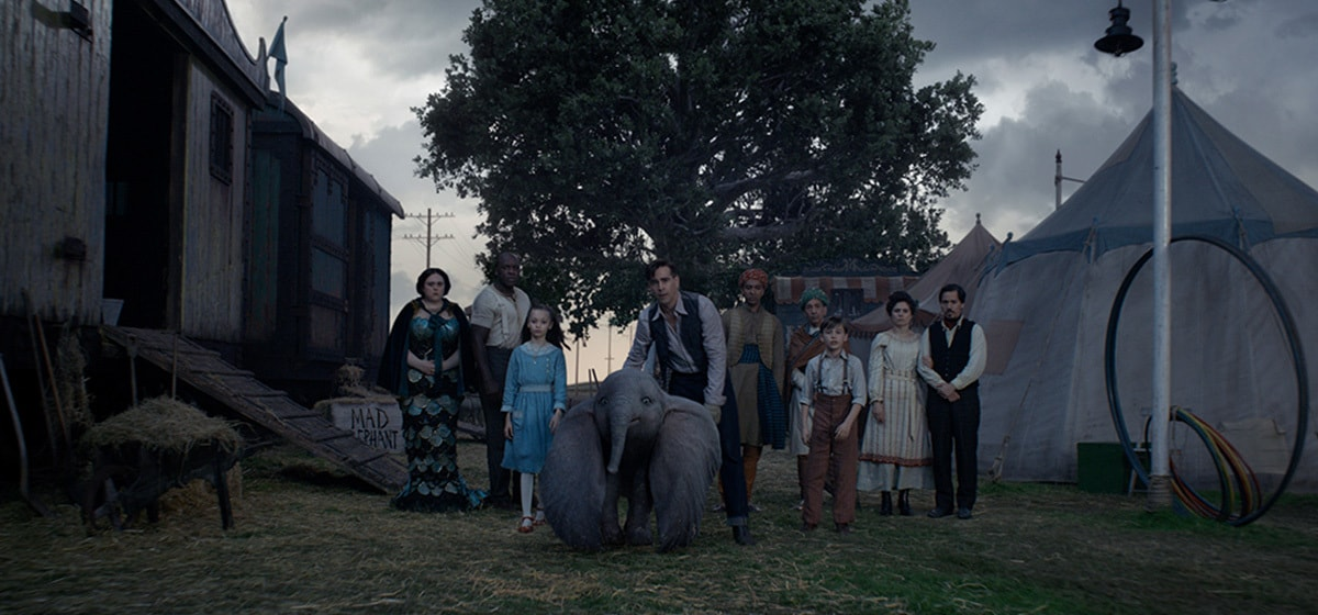 """Colin Farrell (Hold Farrier) and his children takes care of the newborn elephant from the movie """"Dumbo"""""""