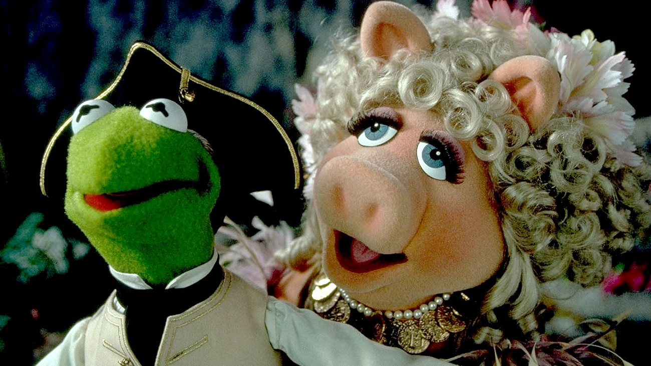 """Kermit and Miss Piggy in the movie """"Muppet Treasure Island"""""""