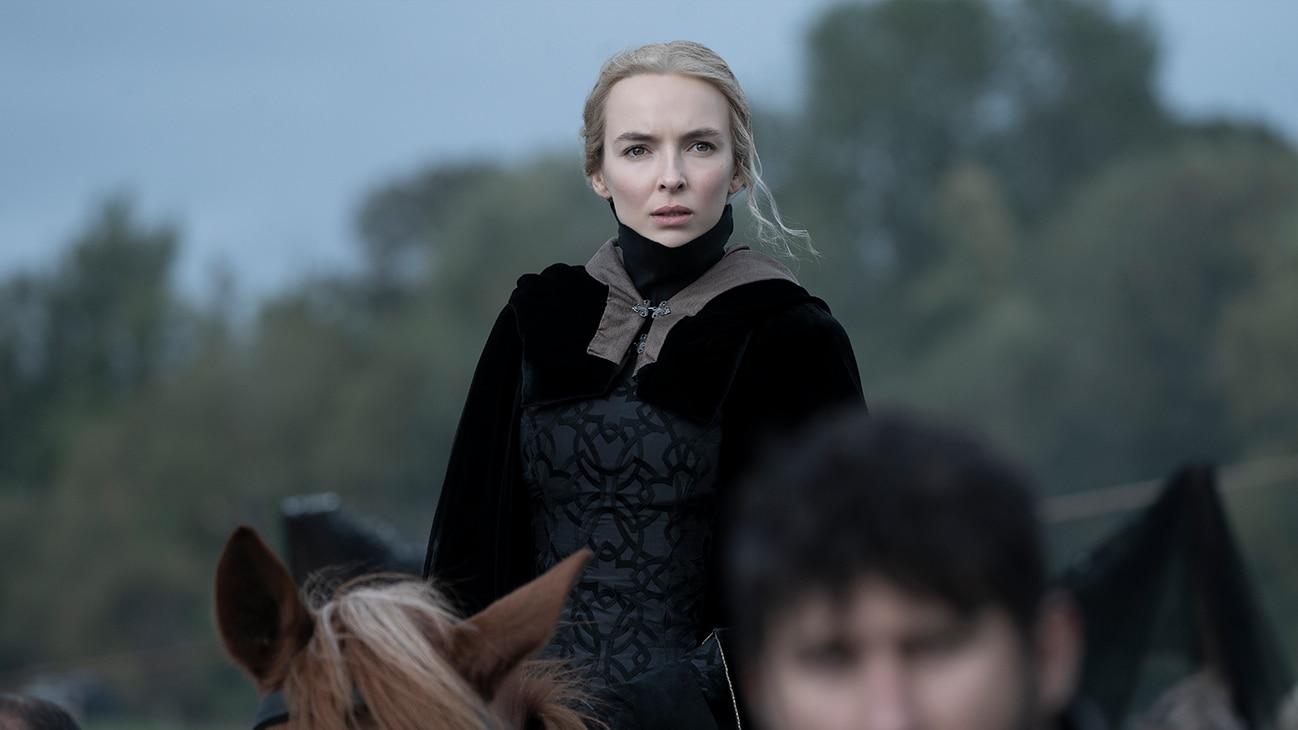 Marguerite de Carrouges (actor Jodie Comer) on horseback above a crowd from the 20th Century Studios movie The Last Duel.
