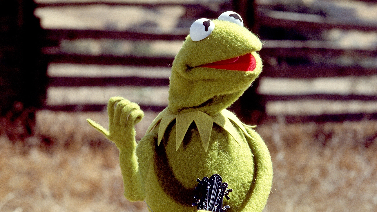 Kermit holds his thumb out to hitch hike in The Muppet Movie