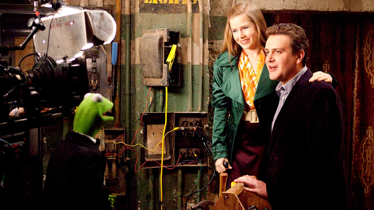 Kermit the frog speaking with Mary played by Amy Adams and Gary played by Jason Segel