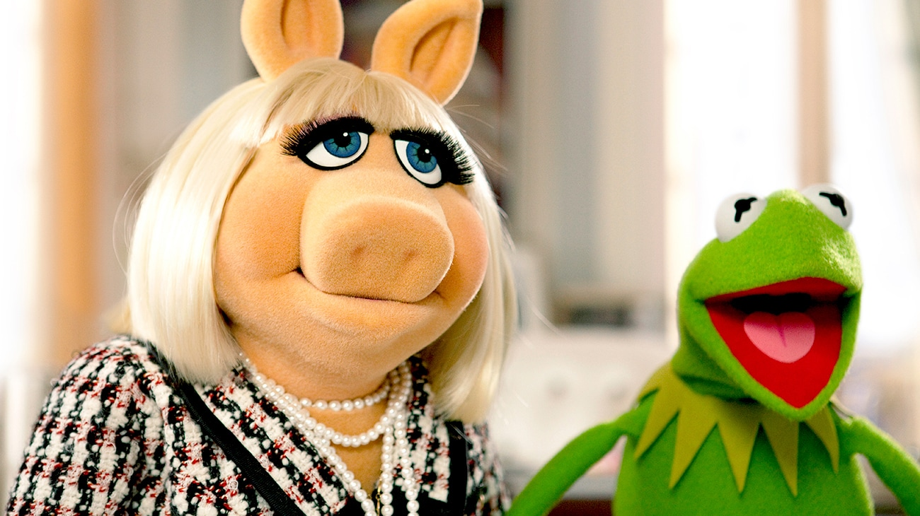 Miss Piggy and Kermit the Frog in The Muppets movie