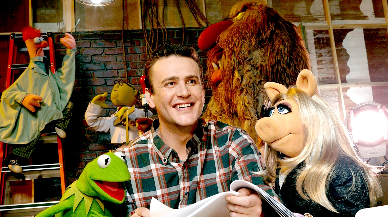 Jason Segel as Gary holding a script with Kermit and Miss Piggy