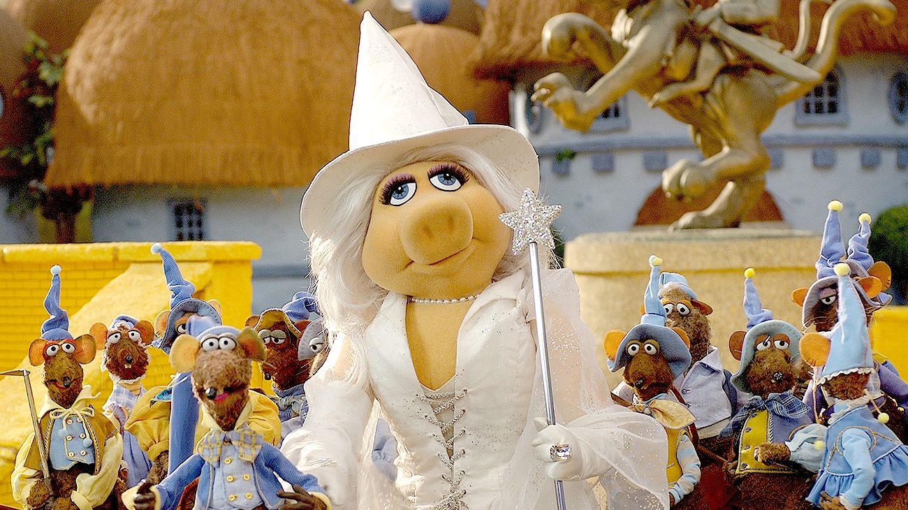 Miss Piggy as Glenda the Good Witch with Rizzo and other rats
