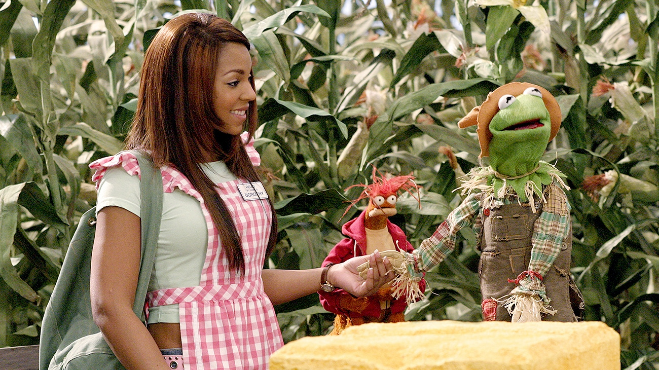 Ashanti as Dorothy holding Kermit the Frog's hand