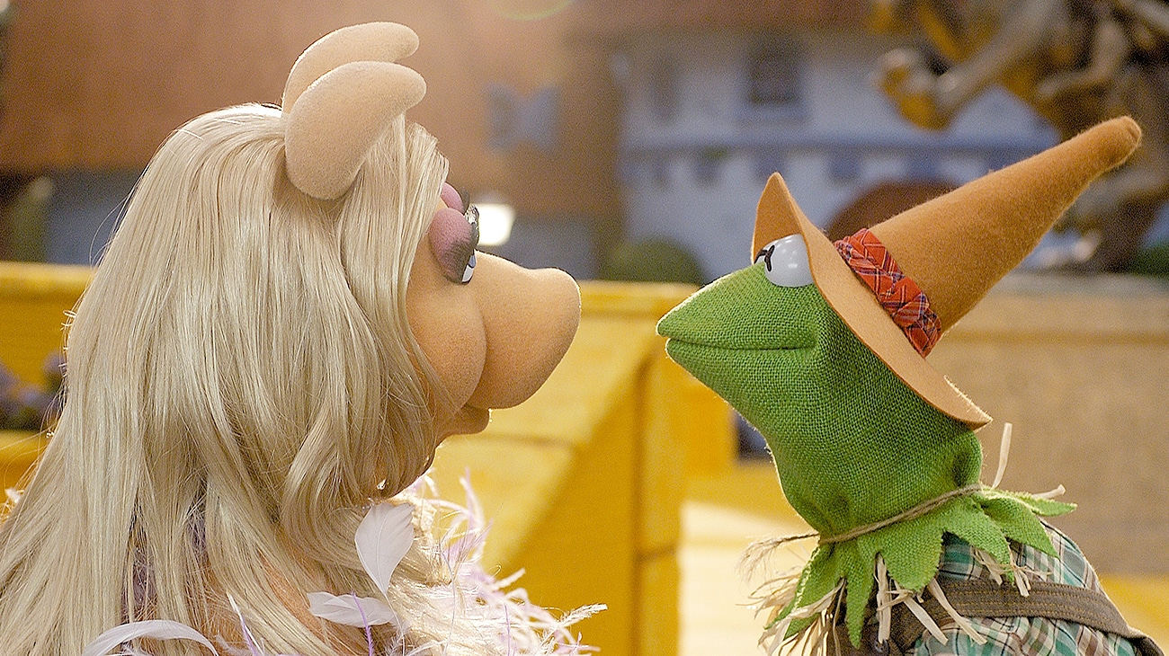Miss Piggy as the good witch and Kermit the Frog as the Scarecrow stare at each other