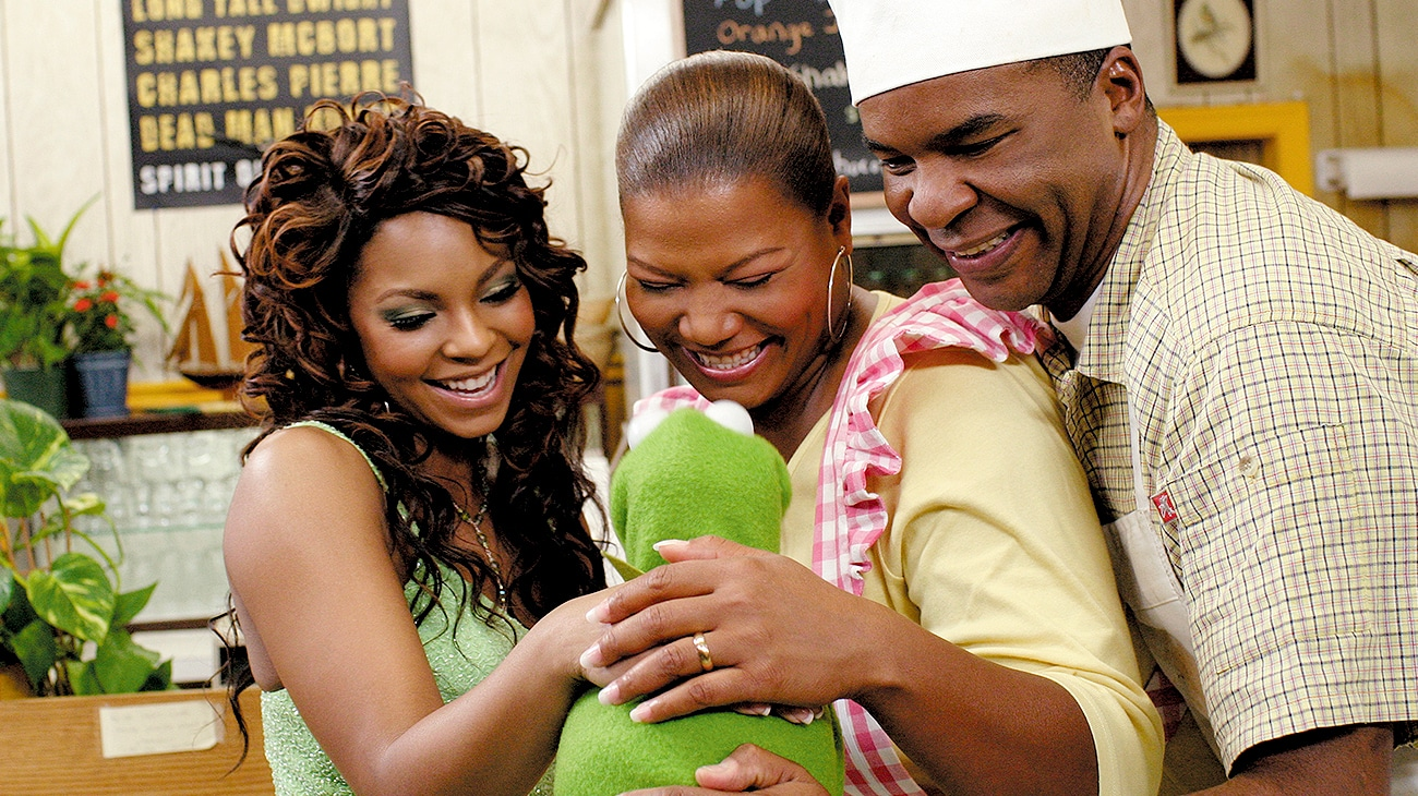 Ashanti as Dorothy, Queen Latifah as Aunt Em, and David Allen Grier As Uncle Henry greeting Kermit the Frog