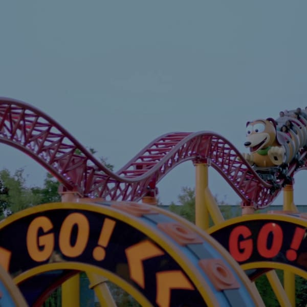 ¡Vamos! ¡Vamos! ¡Vamos a dar un paseo en Slinky Dog Dash en Disney's Hollywood Studios!