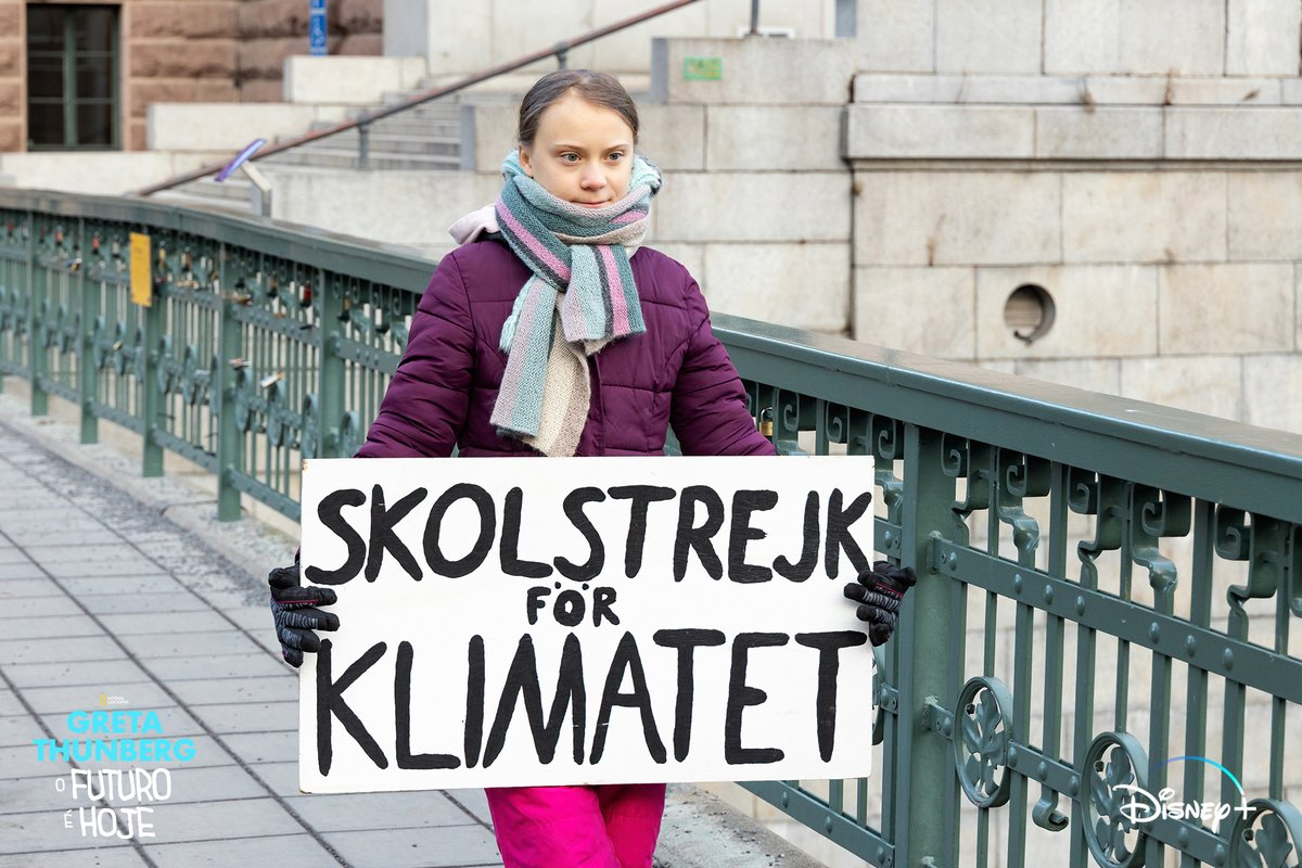Greta segura um cartaz