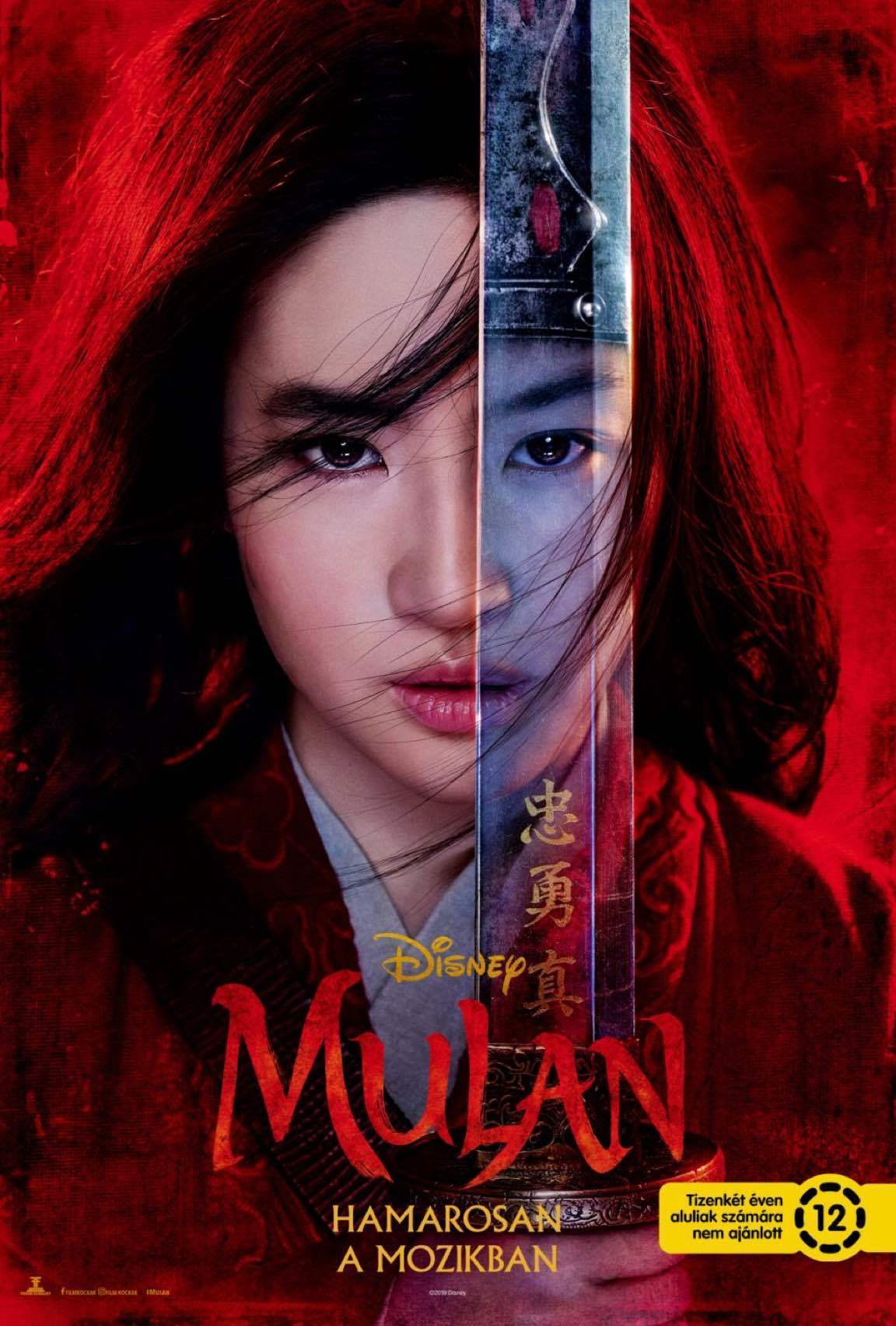 Közeli kép Mulanról, aki kardot tart az arca elé