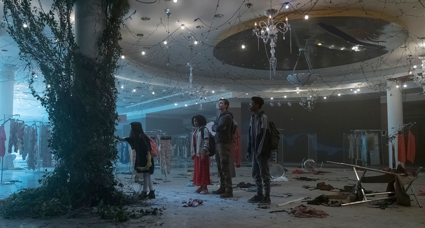 "Actors Skylan Brooks, Amandla Stenberg, Harris Dickinson and Miya Cech in an empty room in the movie ""The Darkest Minds"""