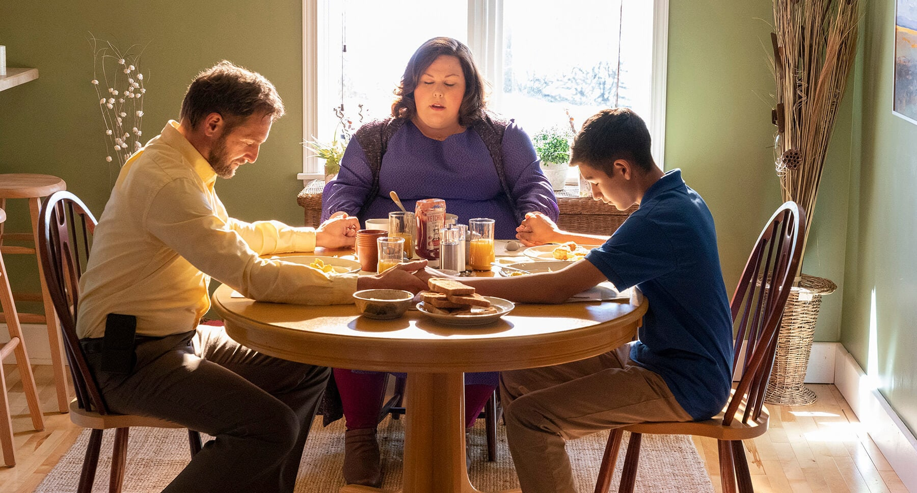"Actors Josh Lucas (as Brian Smith), Marcel Ruiz (as John Smith) and Chrissy Metz (as Joyce Smith) saying grace at the dinner table  in the film ""Breakthrough"""
