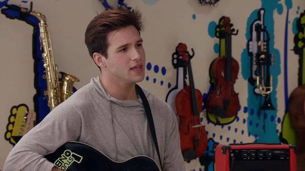 "Momento Musical: Alex canta ""Entre tú y yo"" - Violetta"
