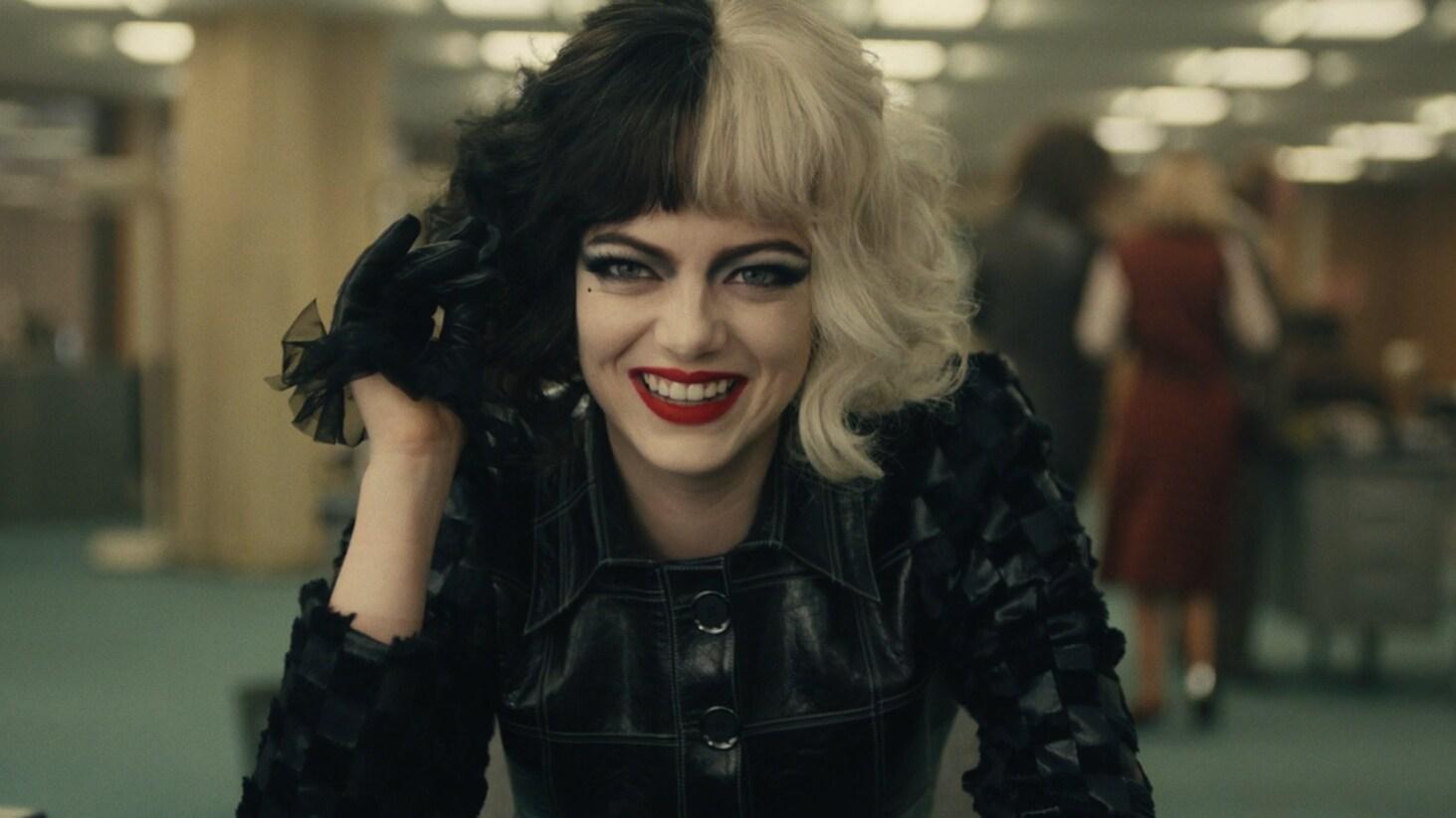 Emma Stone en un clip que devela cómo es convertirse en Cruella