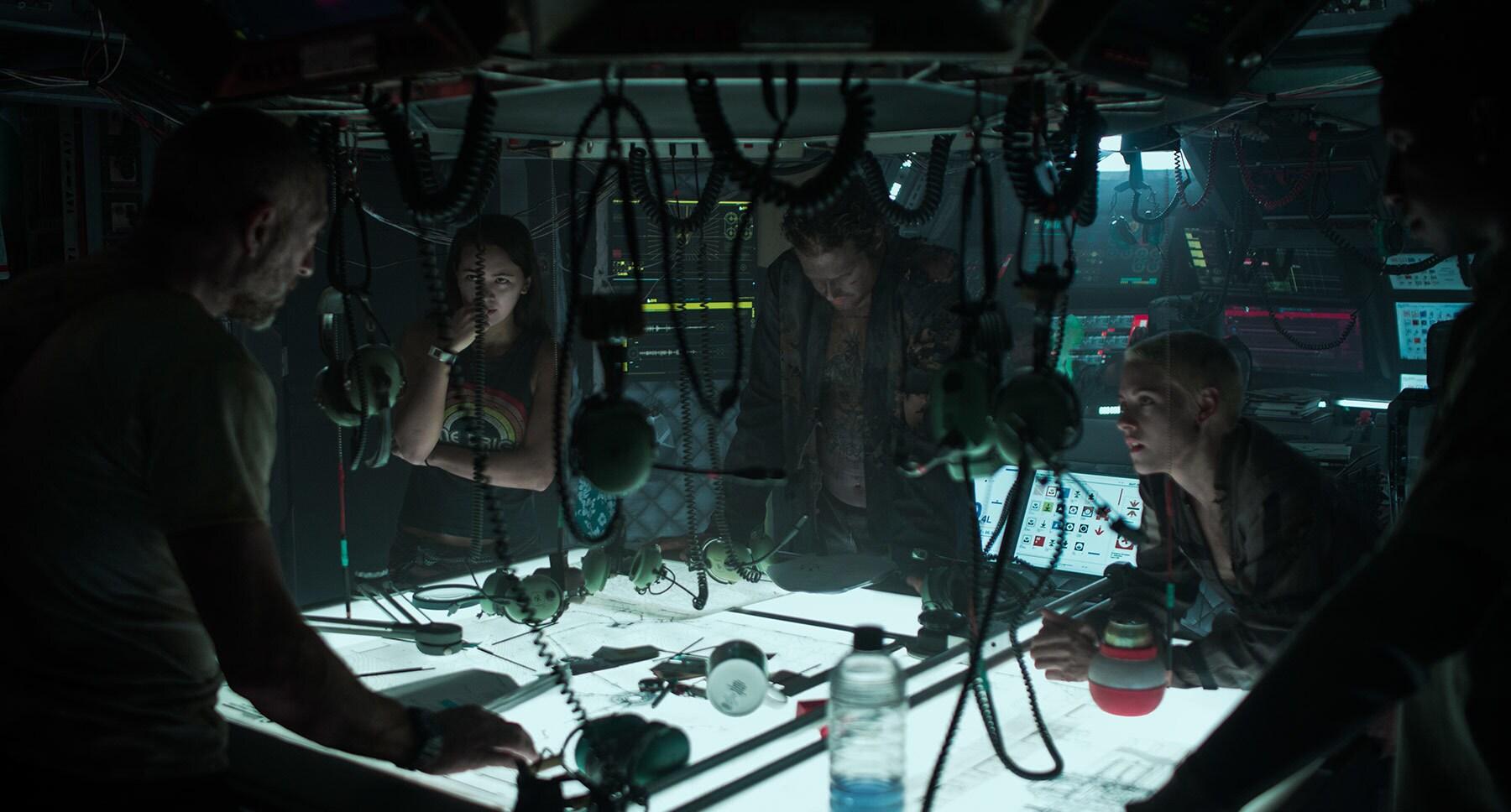 """Vincent Cassel, John Gallagher Jr., Kristen Stewart, T.J. Miller, and Jessica Henwick in """"Underwater"""""""