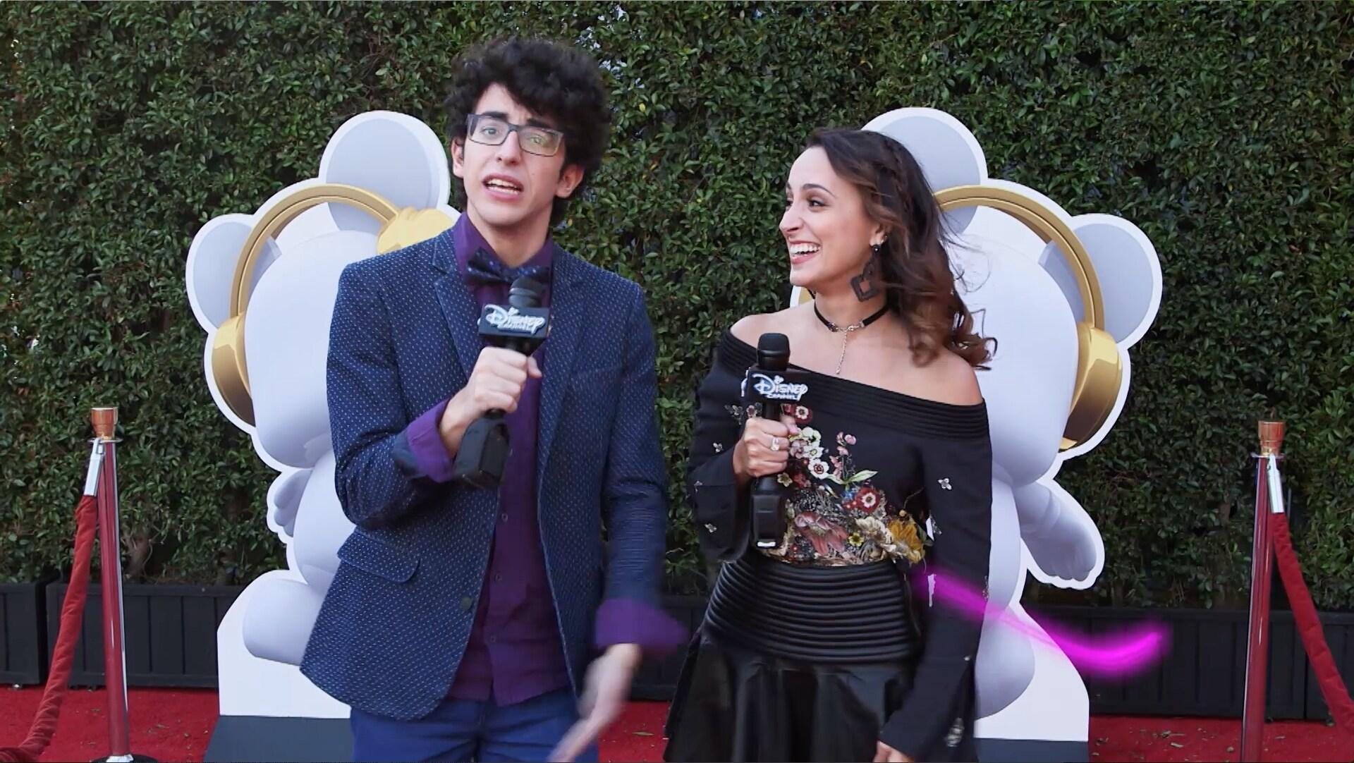 Nick Jonas, Sofia Carson e Jorge Blanco cantam no tapete vermelho | RDMA 2017