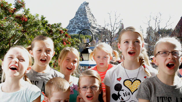 Disneyland Guests Sing Let It Go
