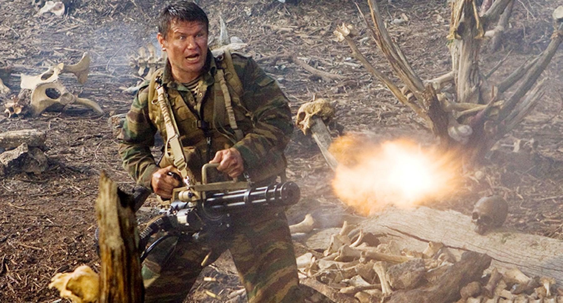 Oleg Taktarov (as Nikolai) firing a large gun in Predators