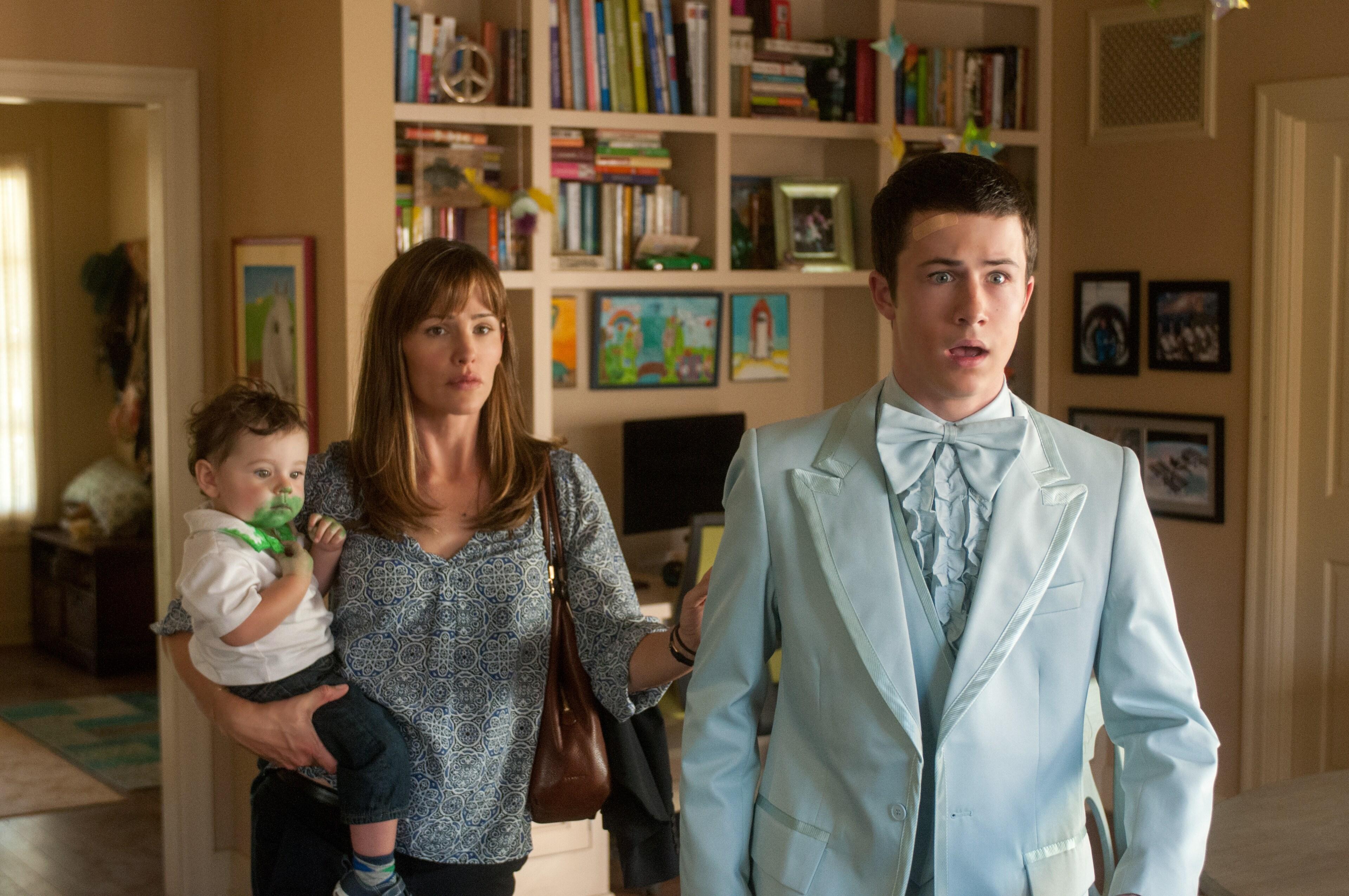 Dylan Minnette as Anthony Cooper, Jennifer Garner as Kelly Cooper and Zoey/Elise Vargas as Baby Trevor