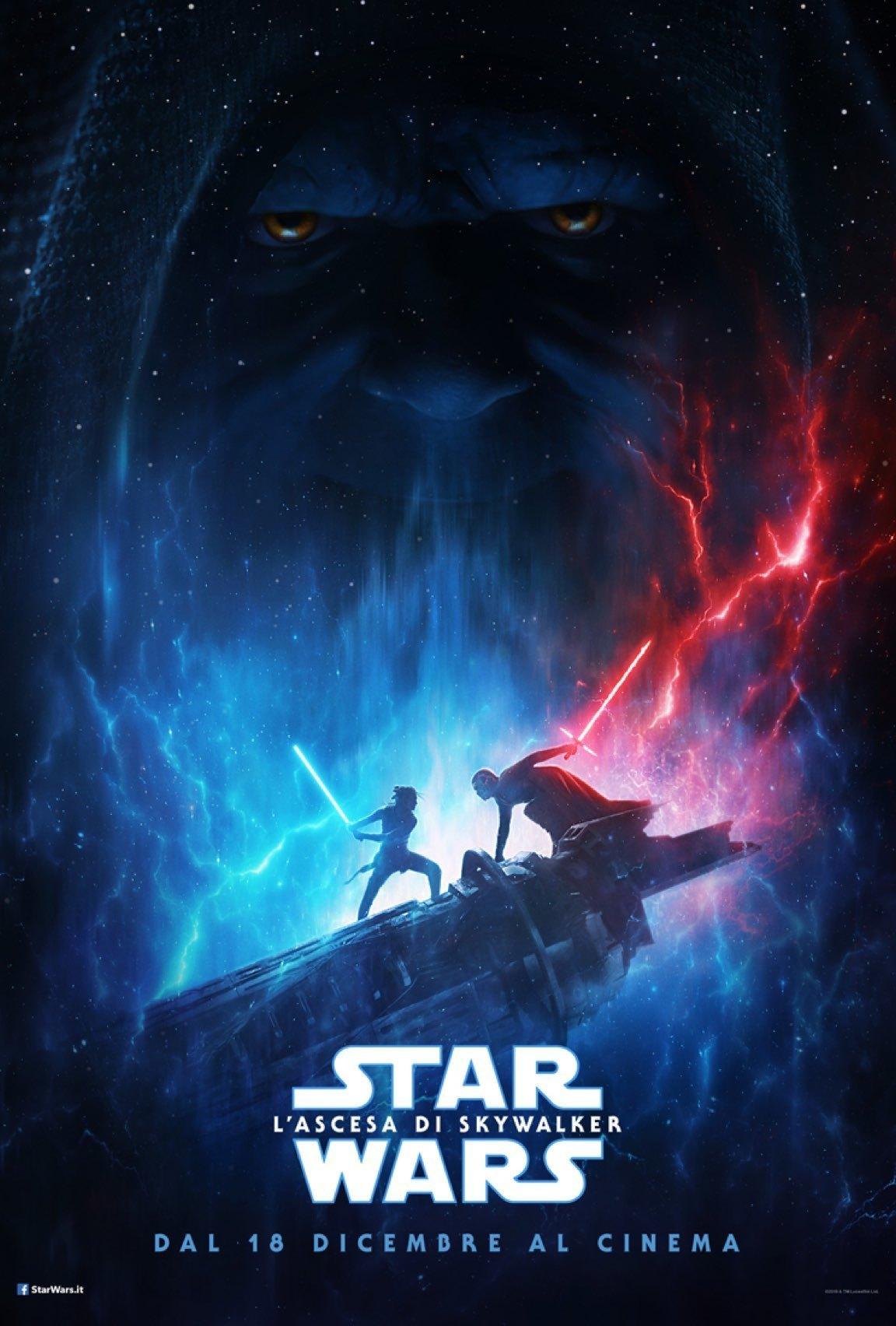 Rey e Kylo Ren combattono con le spade laser, con il volto dell'Imperatore Palpatine sullo sfondo