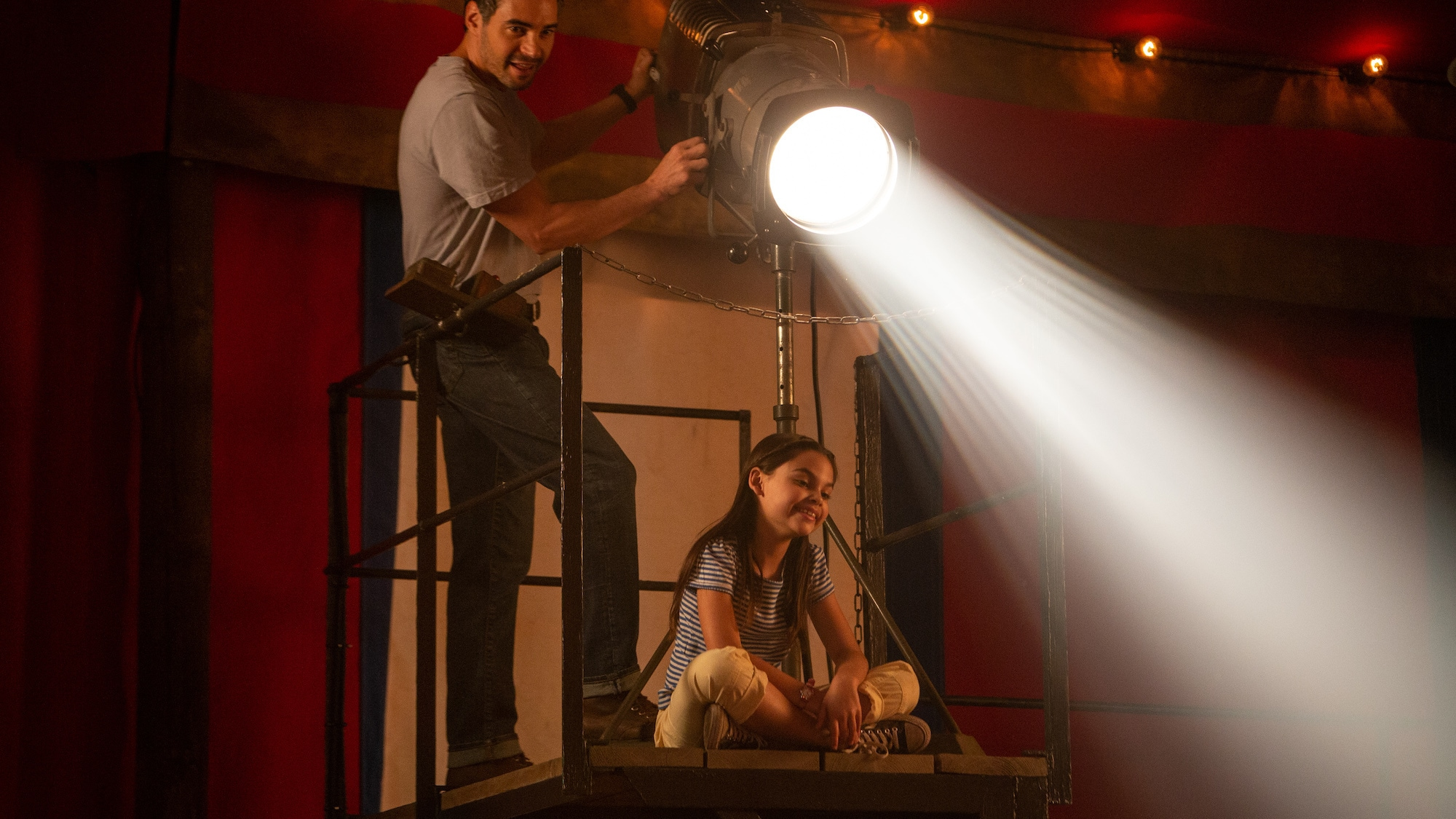 Ramón Rodríguez as George and Ariana Greenblatt as Julia in THE ONE AND ONLY IVAN, based on the award-winning book by Katherine Applegate and directed by Thea Sharrock. Photo courtesy of Disney. © 2020 Disney Enterprises, Inc. All Rights Reserved.