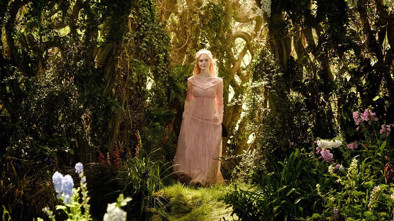 Ellie Fanning como Aurora en Maléfica: Dueña del mal