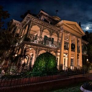 Echa un vistazo a estas vistas aterradoramente bellas de las mansiones y casonas de Disney en todo el mundo
