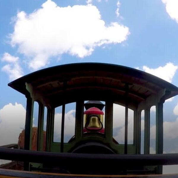 Da una increíble vuelta en la montaña rusa Big Thunder Mountain Railroad de Walt Disney World Resort