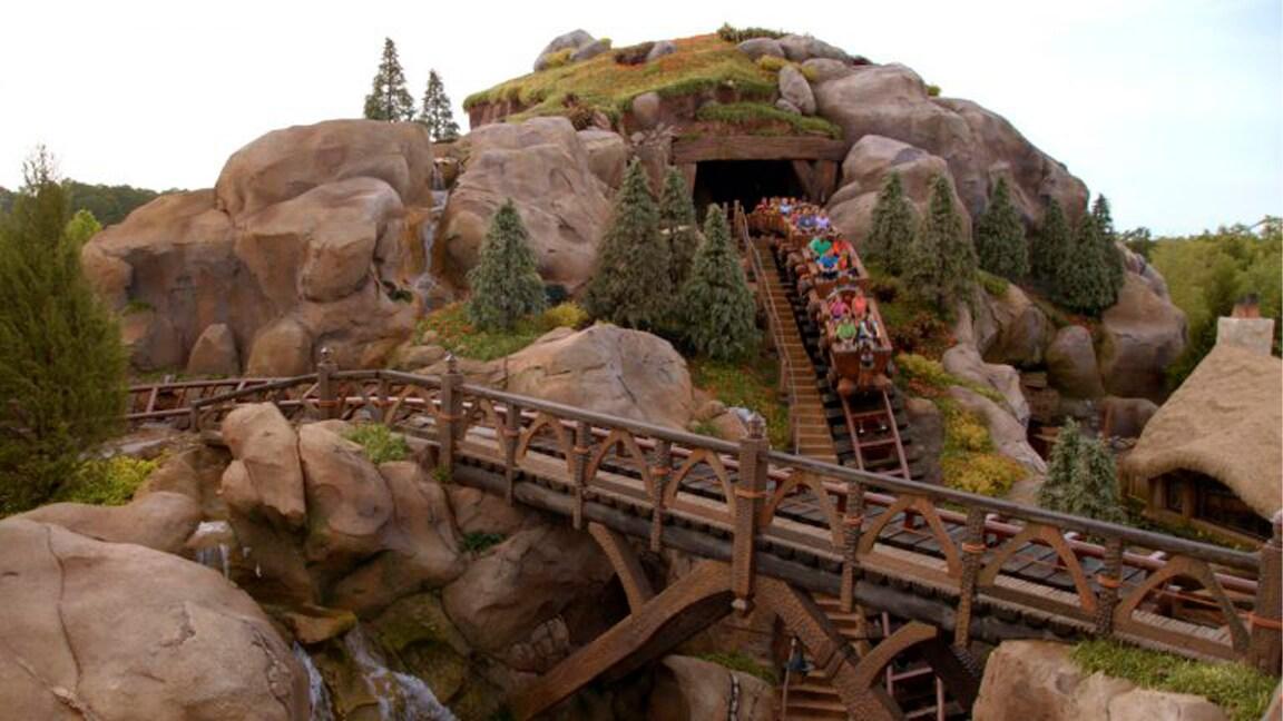 Assobie enquanto você passeia no trem da mina dos Sete Anões no Walt Disney World Resort
