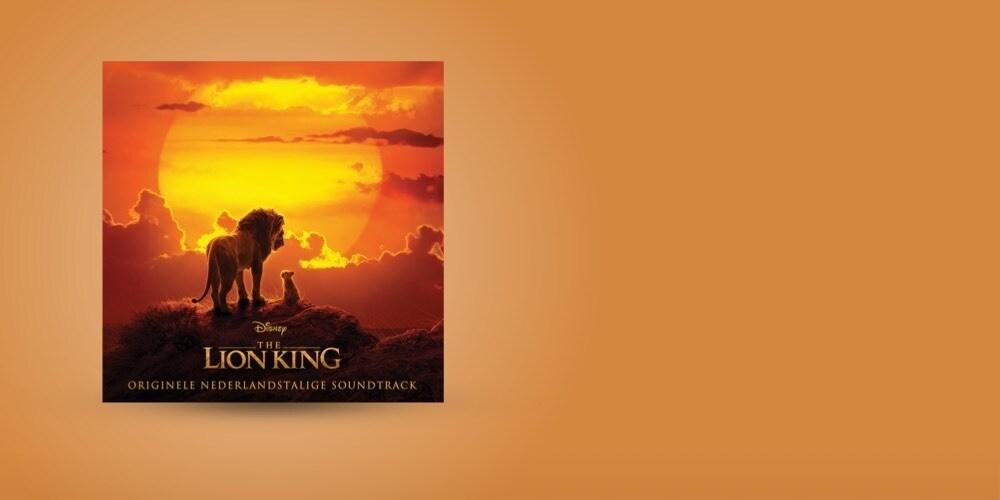 De albumhoes van de soundtrack van The Lion King tegen een oranje achtergrond