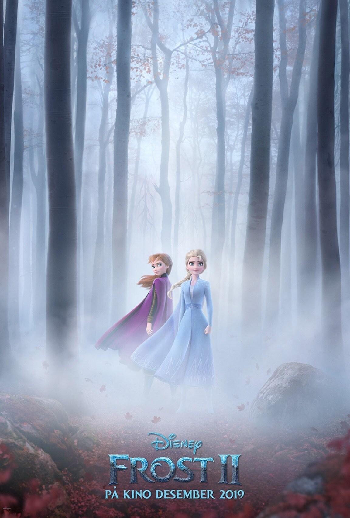 Elsa og Anna stående i en skog, omringet av tåke