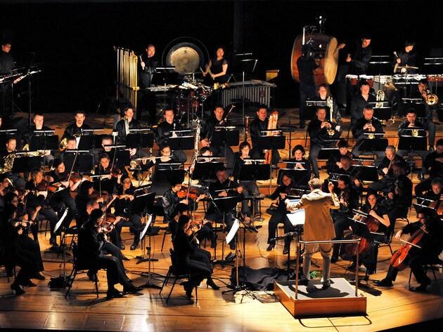 Ein großes Symphonieorchester und ein Chor spielen die Musik live zum Film.