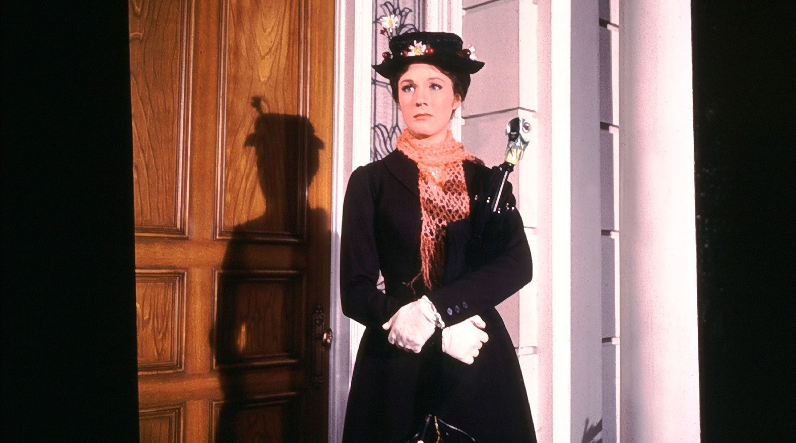 """Mary Poppins arrives as 17 Cherry Tree Lane in """"Mary Poppins"""""""