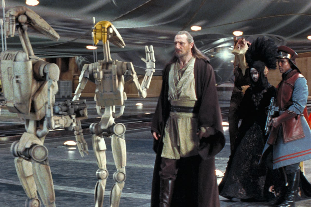 Qui-Gon Jinn approaching Battle Droids in Theed's main hangar