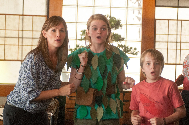 Jennifer Garner as Kelly Cooper, Kerris Dorsey as Emily Cooper dressed as  Peter Pan, and Ed Oxenbould as Alexander