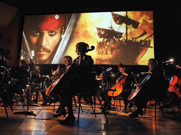 Das Piraten-Abenteuer auf hoher See wird in einem atemberaubenden Konzert widergegeben.