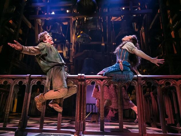 Quasimodo und Esmeralda geben im Musical Der Glöckner von Notre Dame alles.