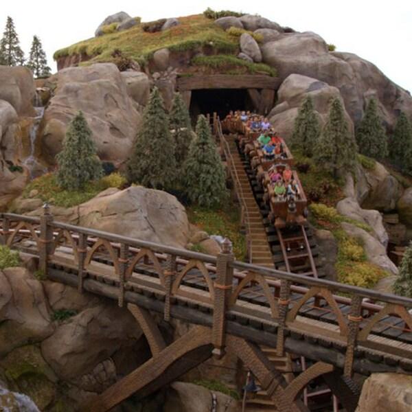 silba mientras viajas en el tren de la mina de los 7 enanitos en Walt Disney World Resort
