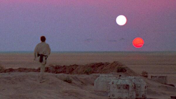 Luke sleduje západ sluncí na Tatooine