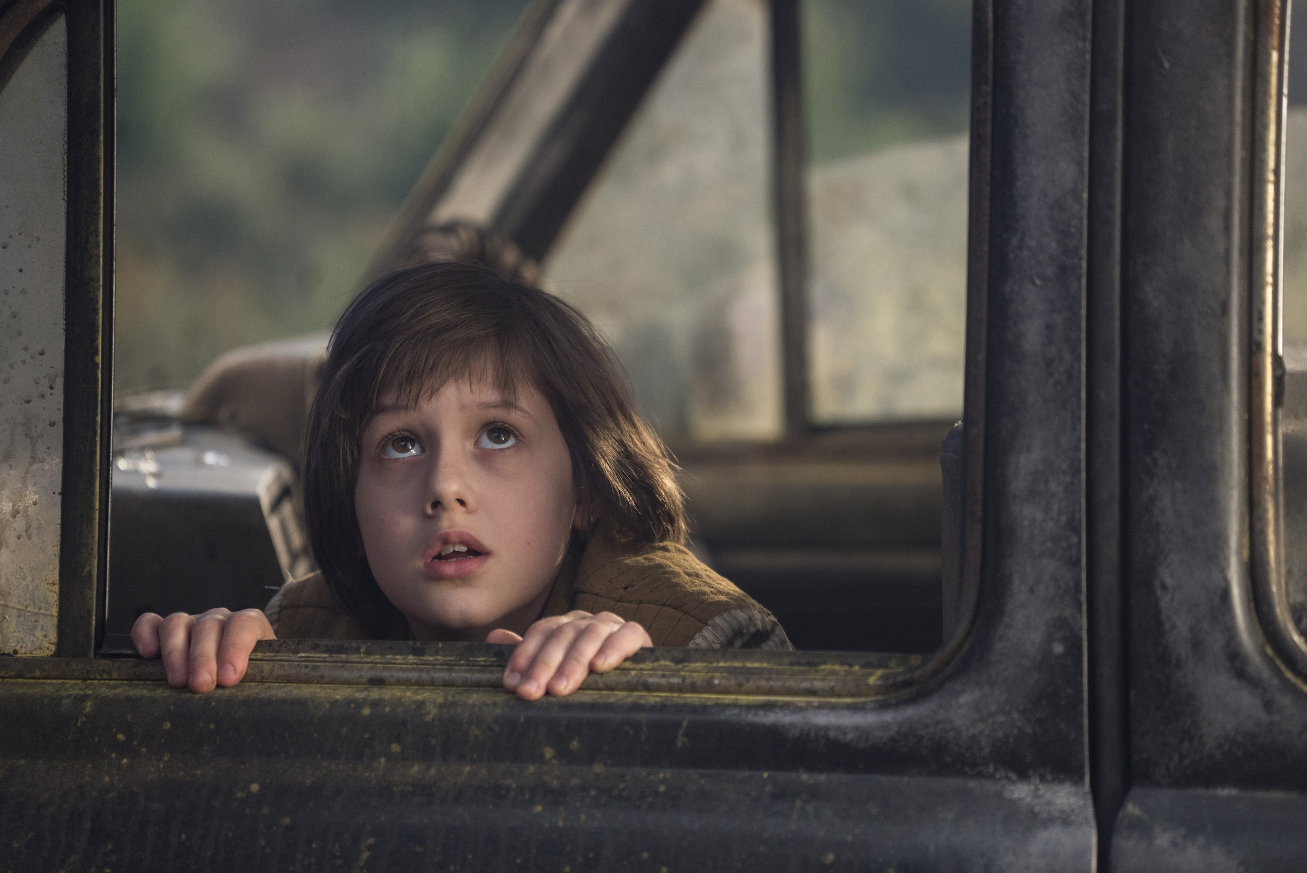 """Sophie (played by Ruby Barnhill) looking out a car window in the movie """"The BFG"""""""