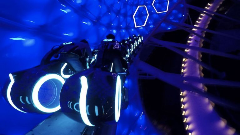 Embarque & Aprenda na TRON Lightcycle Power Run no Disneyland Shanghai