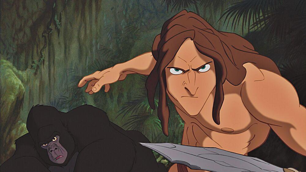 Tarzán empuñando una cuchilla y un gorila aparece en el fondo